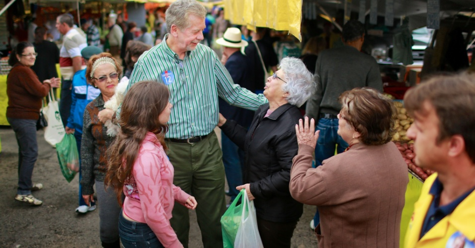 30.set.2012 - O candidato à reeleição para a Prefeitura de Porto Alegre, José Fortunati (PDT) fez caminhada na feira Modelo da Rótula do Papa