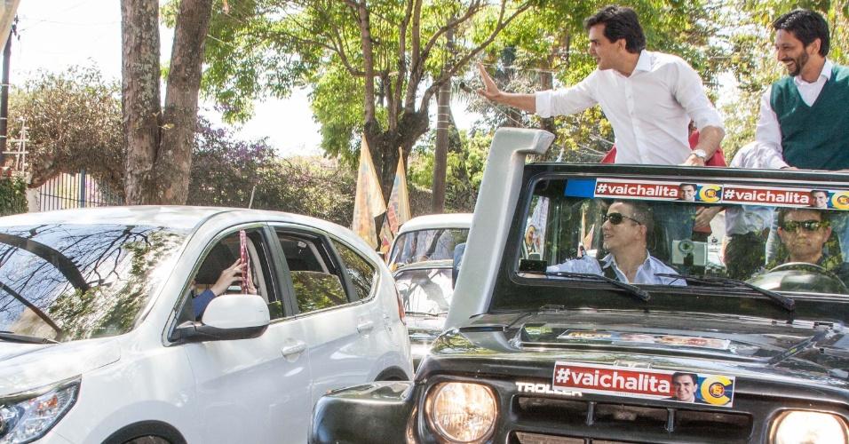 30.set.2012 - O candidato do PMDB à Preefitura de São Paulo, Gabriel Chalita, durante carreata pela zona sul da cidade na tarde deste domingo (30).
