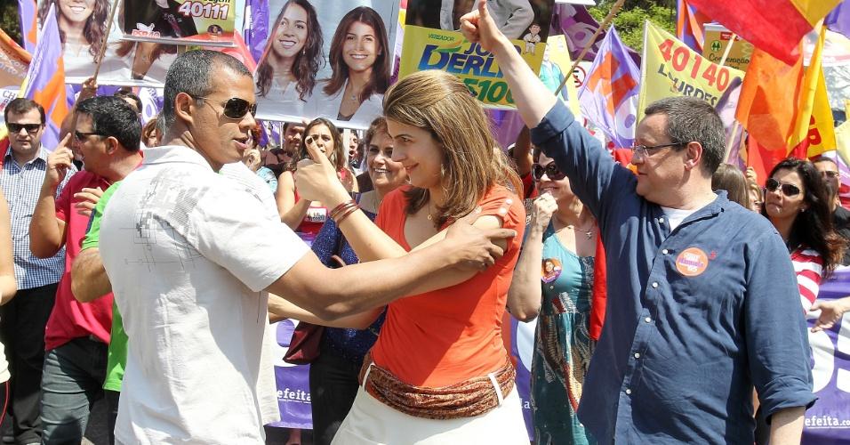 Manuela D'Ávila, candidata do PC do B à Prefeitura de Porto Alegre, conversa com eleitor durante caminhada no bairro Brique da Redenção