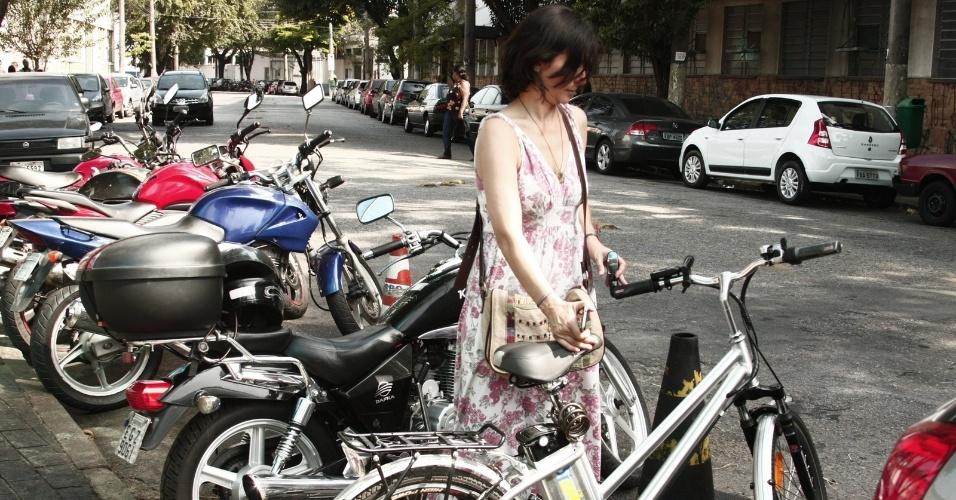 1.out.2012 - A candidata do PPS à Prefeitura de São Paulo, Soninha Francine, foi de bicicleta visitar uma empresa de telemarketing no bairro da Barra Funda, zona oeste da capital