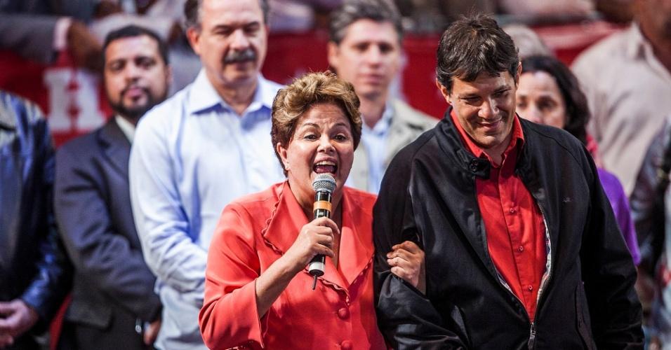 1º.out.2012 - A presidente Dilma Rousseff (à esq.) participa de comício do candidato do PT a prefeito de São Paulo, Fernando Haddad (à dir.), na zona leste da capital. Dilma retrucou a afirmação de José Serra (PSDB), dizendo que está 'metendo o bico na eleição de São Paulo'. Foi a estreia dela em palanques eleitorais este ano