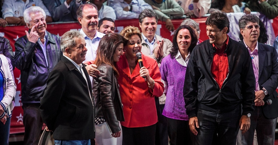 1º.out.2012 - A presidente Dilma Rousseff (centro) participa de comício do candidato do PT a prefeito de São Paulo, Fernando Haddad (fundo), ao lado do ex-presidente Luiz Inácio Lula da Silva (à esq.), na zona leste da capital. Dilma retrucou a afirmação de José Serra (PSDB), dizendo que está 'metendo o bico na eleição de São Paulo'. Foi a estreia dela em palanques eleitorais este ano