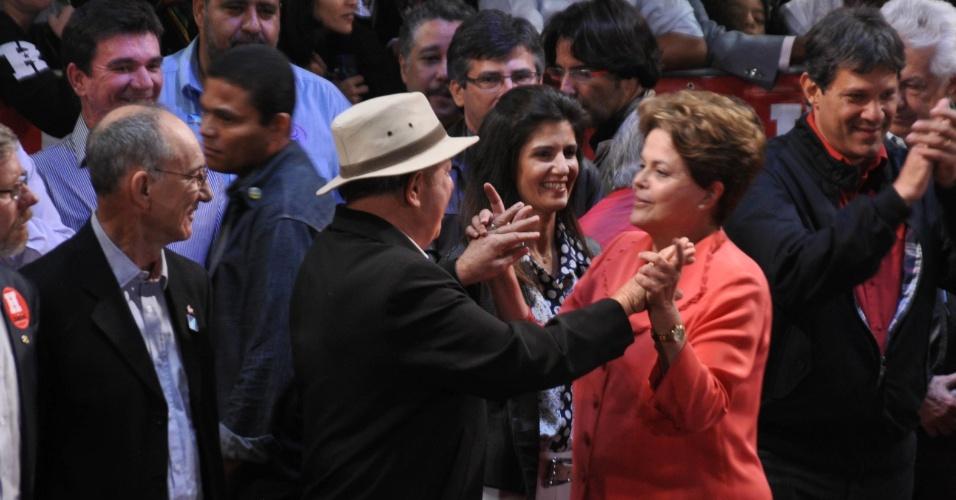 1º.out.2012 - A presidente Dilma Rousseff (de vermelho) dança com o ex-presidente Luiz Inácio Lula da Silva, durante comício do candidato do PT a prefeito de São Paulo, Fernando Haddad (à dir.), na zona leste da capital. Dilma retrucou a afirmação de José Serra (PSDB), dizendo que está 'metendo o bico na eleição de São Paulo'. Foi a estreia dela em palanques eleitorais este ano