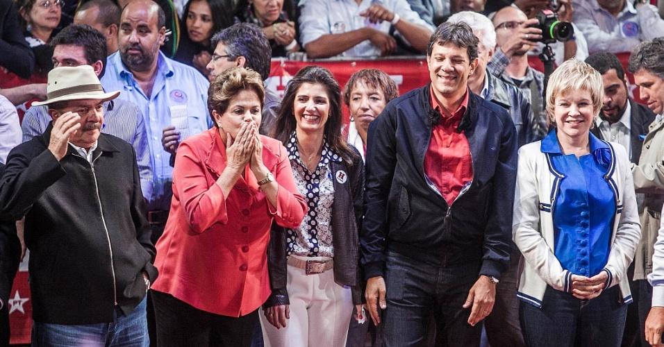 1º.out.2012 - A presidente Dilma Rousseff (de vermelho), o ex-presidente Luiz Inácio Lula da Silva (de chapéu) e a ministra da Cultura, Marta Suplicy (de branco) participam de comício do candidato do PT a prefeito de São Paulo, Fernando Haddad (de camisa vermelha), na zona leste da capital. Dilma retrucou a afirmação de José Serra (PSDB), dizendo que está 'metendo o bico na eleição de São Paulo'. Foi a estreia dela em palanques eleitorais este ano