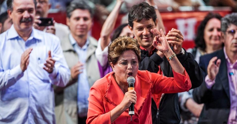 1º.out.2012 - A presidente Dilma Rousseff (de vermelho) participa de comício do candidato do PT a prefeito de São Paulo, Fernando Haddad (fundo), na zona leste da capital. Dilma retrucou a afirmação de José Serra (PSDB), dizendo que está 'metendo o bico na eleição de São Paulo'. Foi a estreia dela em palanques eleitorais este ano