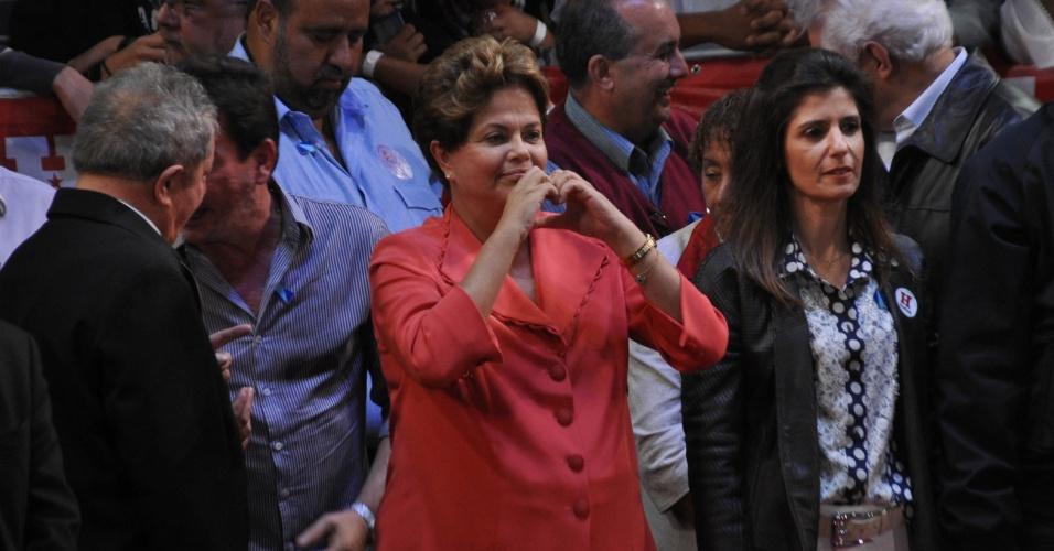 1º.out.2012 - A presidente Dilma Rousseff (de vermelho) participa de comício do candidato do PT a prefeito de São Paulo, Fernando Haddad, na zona leste da capital. Dilma retrucou a afirmação de José Serra (PSDB), dizendo que está 'metendo o bico na eleição de São Paulo'. Foi a estreia dela em palanques eleitorais este ano