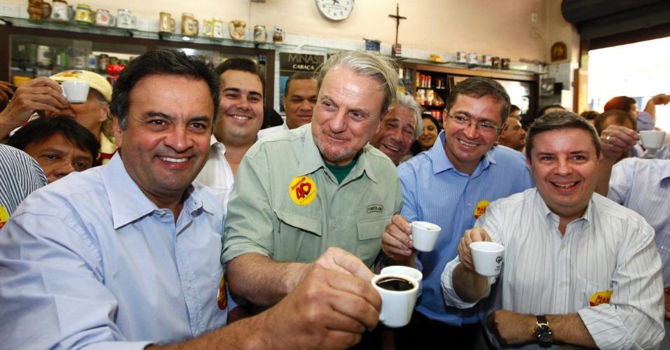 1.out.2012 - Marcio Lacerda (de verde), candidato à reeleição em Belo Horizonte pelo PSB, toma café em uma lanchonete na capital mineira ao lado do senador Aécio Neves (à esq.), seu candidato a vice Délio Malheiros (de azul) e o governador de Minas Gerais, Antonio Anastasia (à dir.)