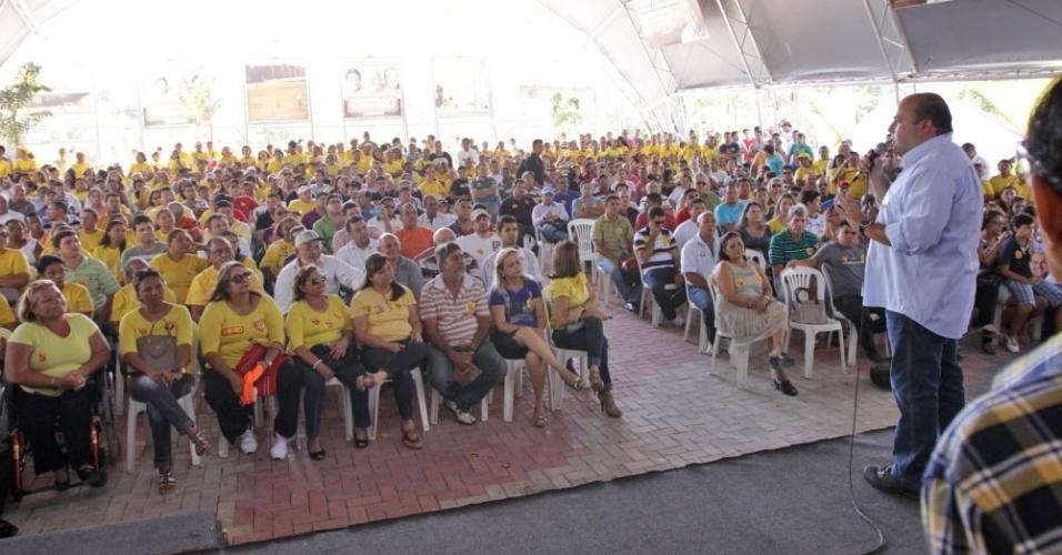 1.out.2012 - O candidato do PSB à Prefeitura de Fortaleza, Roberto Cláudio, discursa durante café da manhã com a militância do partido