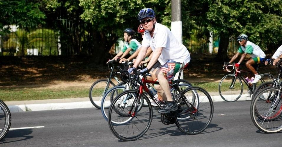 1.out.2012 - O candidato do PSDB à Prefeitura de Manaus, Arthur Virgílio, participa de passeio ciclístico organizado pelos grupos Amigos do Pedal e Jungle Bike