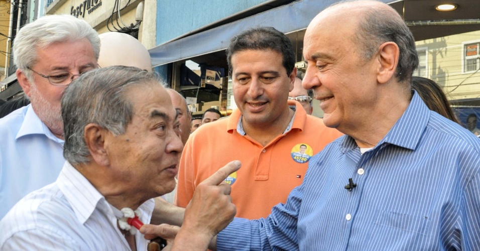 1º.out.2012 - O candidato do PSDB à Prefeitura de São Paulo, José Serra, faz campanha no bairro da Lapa, zona oeste da capital paulista, nesta segunda-feira. Em comício, o tucano comparou Lula a 'poderoso chefão'