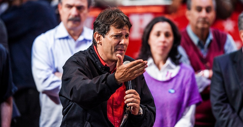 1º.out.2012 - O candidato do PT à Prefeitura de São Paulo, Fernando Haddad, discursa durante comício na zona leste da capital. O evento, que contou com a participação do ex-presidente Luiz Inácio Lula da Silva, marcou a estreia da presidente Dilma Rousseff em palanques eleitorais este ano