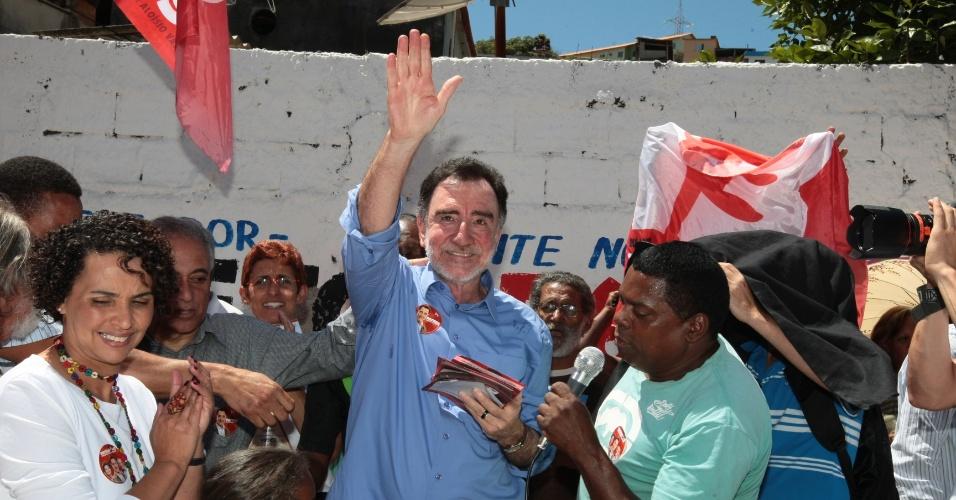 1.out.2012 - Patrus Ananias, candidato do PT à Prefeitura de Belo Horizonte, faz caminhada pela região do Morro das Pedras, na capital mineira