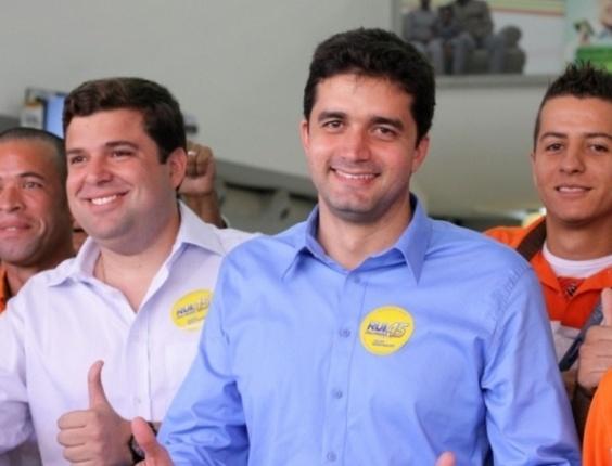 28.set.2012 - O candidato do PSDB à Prefeitura de Maceió, Rui Palmeira (de camisa azul), faz caminhada no centro da cidade