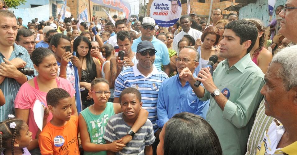 30.set.2012 - O candidato do DEM à Prefeitura de Salvador, ACM Neto, discursa para eleitores durante caminhada pelo bairro Nova Brasília