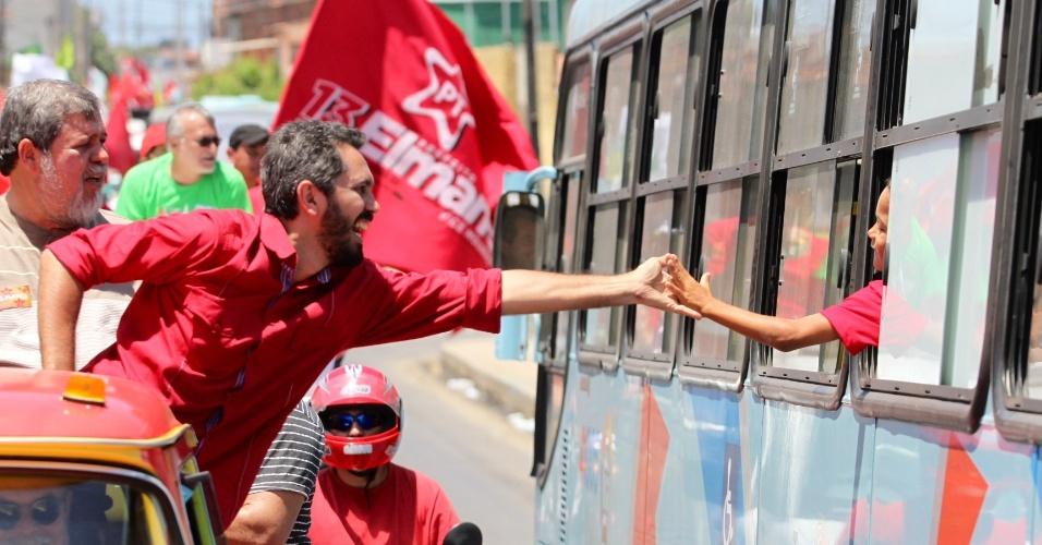 30.set.2012 - O candidato do PT à Prefeitura de Fortaleza, Elmano de Freitas, cumprimenta criança em ônibus durante carreata no bairro Pirambu, zona oeste da capital cearense