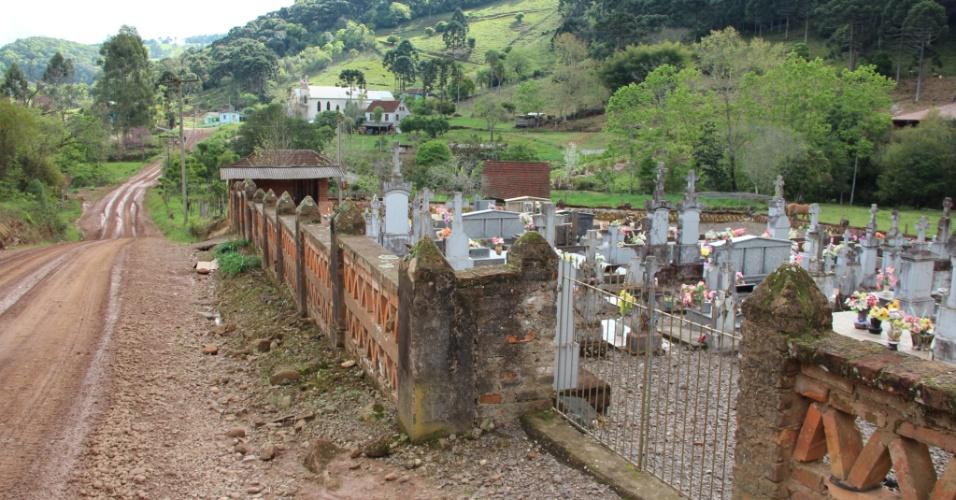 02.out.2012 - Em área rural de Coqueiro Baixo, cemitério antigo mostra a antiguidade da colonização italiana na região, em meados do século 19