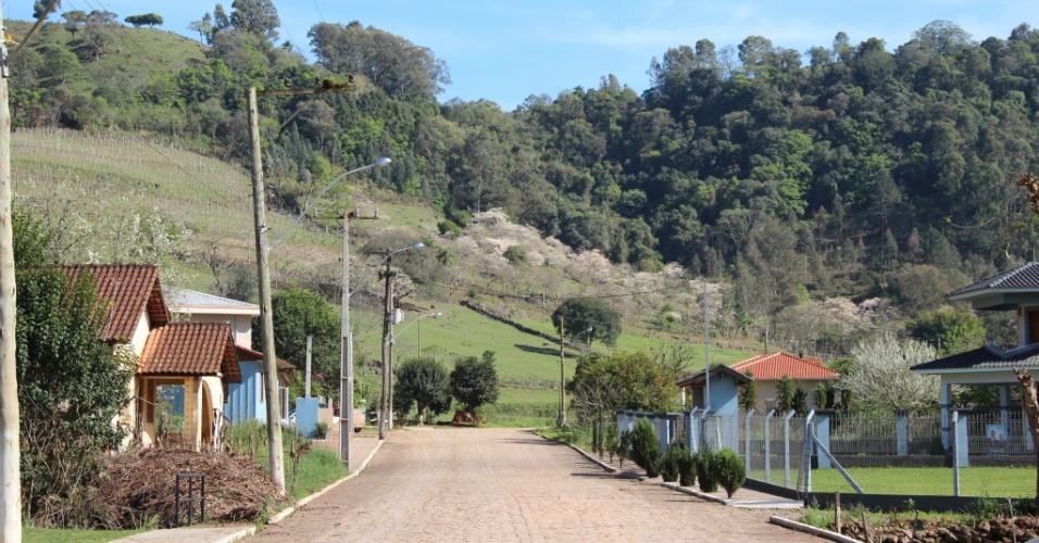 02.out.2012 - O trecho urbano de Coqueiro Baixo mostra como a cidade é pequena, com apenas 1.528 habitantes
