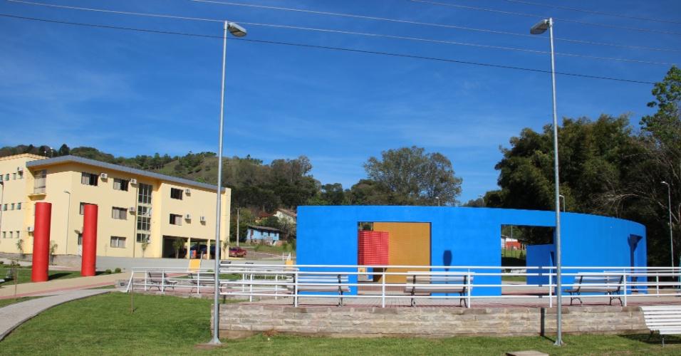 02.out.2012 - Praça em Coqueiro Baixo serve para atividades físicas dos idosos e dos estudantes também