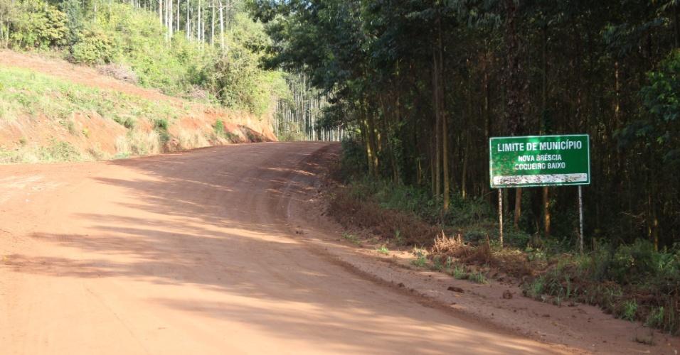 02.out.2012 - Na estrada que liga Coqueiro Baixo a Nova Brescia, a placa que marca a divisa está toda enlameada