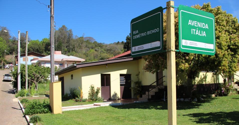 02.out.2012 - O nome da avenida já entrega a origem de seus habitantes: a maioria da população de Coqueiro Baixo é descendente de italianos