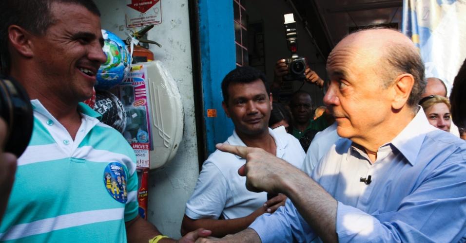 2.out.2012 - O candidato à Prefeitura de São Paulo pelo PSDB, José Serra, faz caminhada pelo bairro de Santana, zona norte da cidade