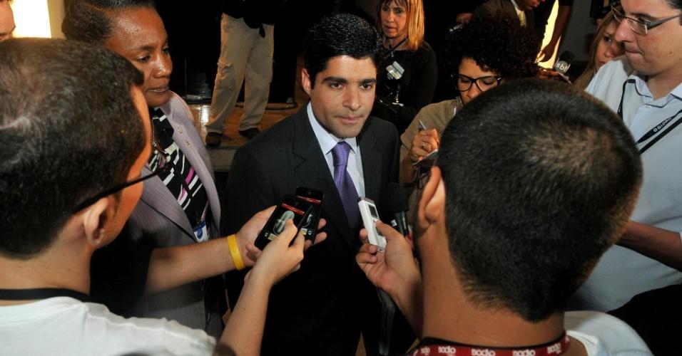 2.out.2012 - O candidato do DEM a prefeito de Salvador, ACM Neto (de terno), chega para o debate com os candidatos à prefeitura realizado na TV Aratu (afiliada do SBT) na noite desta terça-feira