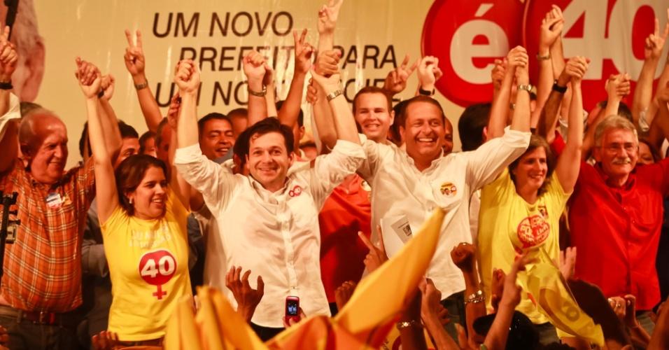2.out.2012 - O candidato do PSB à Prefeitura do Recife, Geraldo Julio (primeiro de branco à esq.), faz comício no centro da capital ao lado do governador de Pernambuco, Eduardo Campos (de branco à dir.)