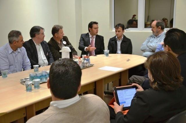 2.out.2012 - O candidato do PSC à Prefeitura de Curitiba, Ratinho Junior (centro, de gravata rosa), se reuniu com representantes do Conselho Regional de Medicina