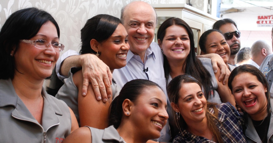 2.out.2012 - O candidato do PSDB à Prefeitura de São Paulo, José Serra, tira foto com eleitoras enquanto faz campanha pelo bairro de Santana, na zona norte de São Paulo, nesta terça-feira