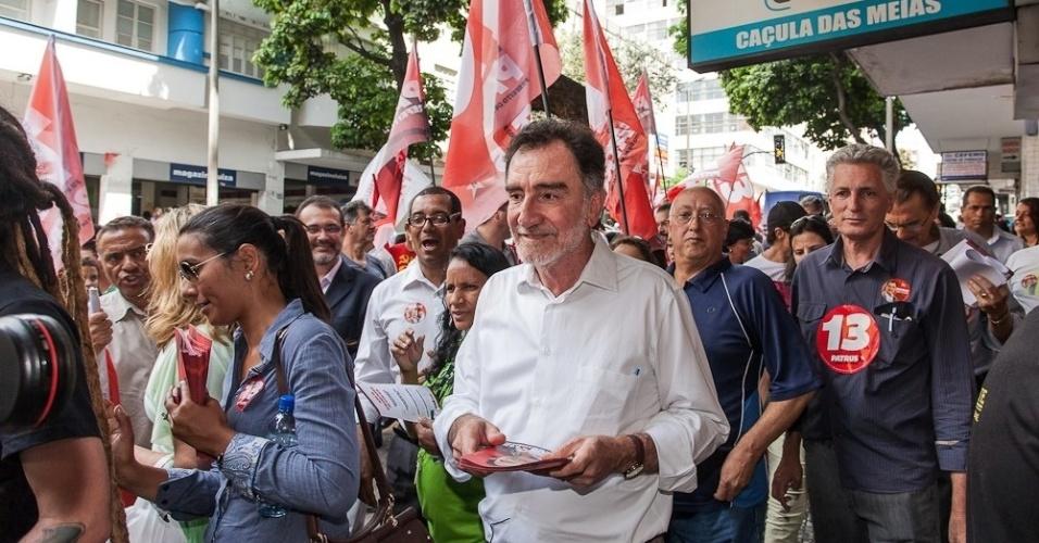 2.out.2012 - O candidato do PT à Prefeitura de Belo Horizonte, Patrus Ananias, faz campanha na Regional Centro Sul localizada na capital mineira. Pesquisa Ibope divulgada nesta terça-feira mostra o petista na segunda colocação com 35% das intenções de votos
