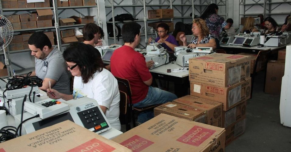 2.out.2012 - O Tribunal Regional Eleitoral do Rio de Janeiro (TRE-RJ) começou a testar, lacrar e vistoriar as urnas eletrônicas que serão usadas no próximo domingo (7)