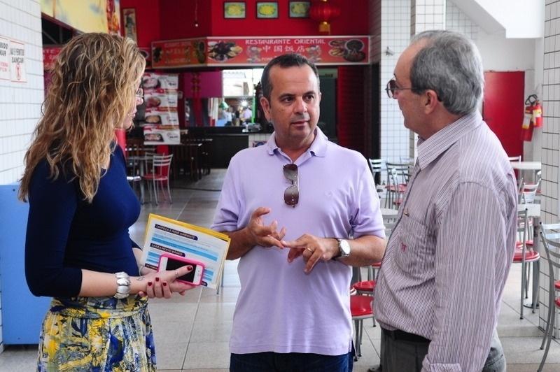 2.out.2012 - Rogério Marinho (centro), candidato do PSDB à Prefeitura de Natal, apresentou seu plano de governo a integrantes da AEBA (Associação dos Empresários do Bairro do Alecrim)
