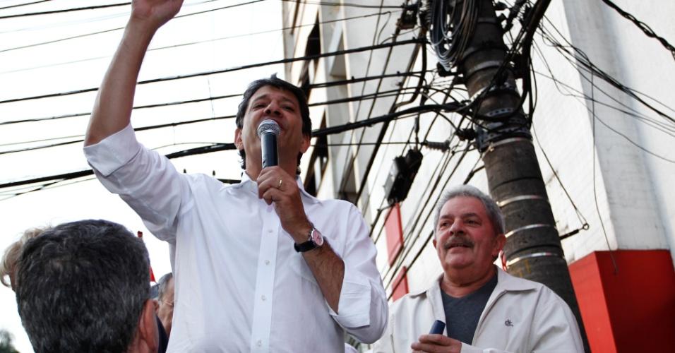 2.out.2012 - SP - O ex- presidente Luiz Inácio Lula da Silva (à dir.) acompanha o candidato do PT à Prefeitura de São Paulo, Fernando Haddad (à esq.), em campanha na região do Largo 13 de Maio, na zona sul da capital paulista, na tarde desta terça- feira