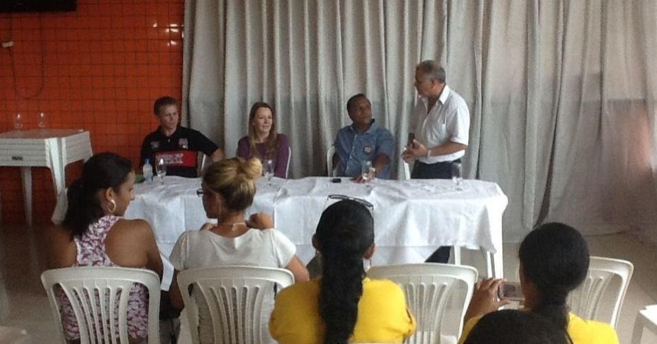 2.out.2012 - Vanessa Grazziotin, candidata do PC do B à Prefeitura de Manaus, se reuniu com representantes da Cooperativa de Panificadores do Amazonas