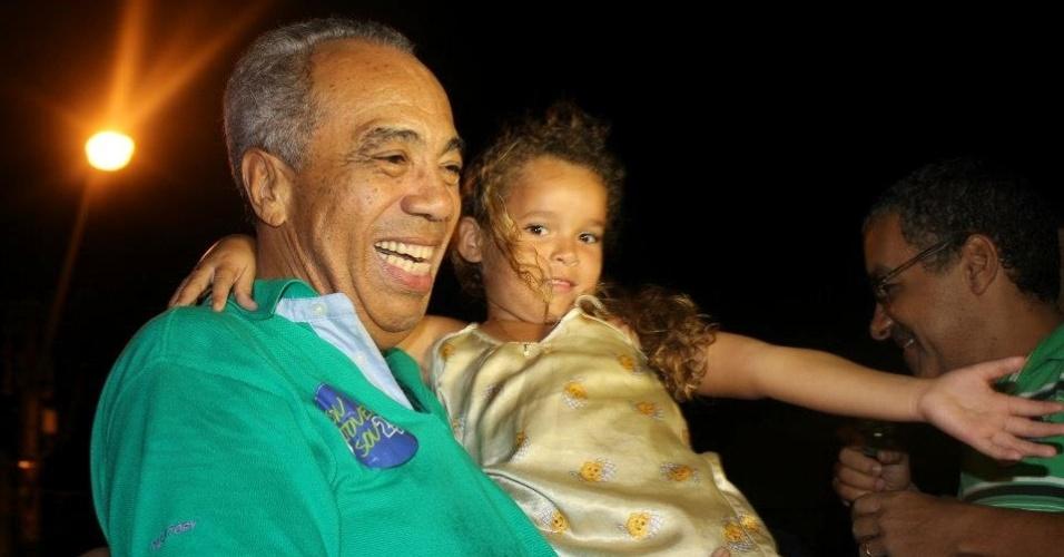 O candidato do DEM à Prefeitura de Aracaju, João Alves Filho, carrega uma criança durante campanha nos bairros da cidade