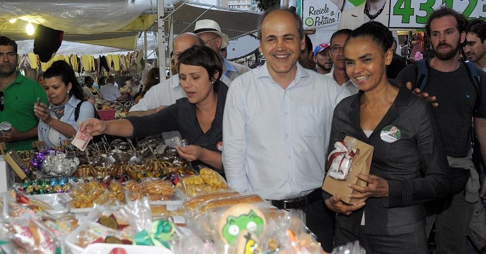 """3.out.2012 - O candidato do PDT à Prefeitura de Curitiba recebe o apoio da ex-senadora Marina Silva durante caminhada no centro da capital paranaense nesta quarta-feira. No local, a ex-parlamentar disse que o candidato está """"comprometido com o desenvolvimento sustentável"""""""