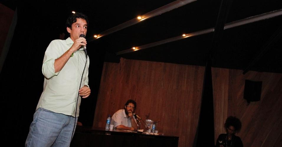 3.out.2012 - Daniel Coelho, candidato do PSDB à Prefeitura do Recife, discursa para estudantes da faculdade Barros Lima, na capital pernambucana. O tucano ocupa a segunda colocação nas pesquisas de opinião, após ultrapassar Humberto Costa (PT)