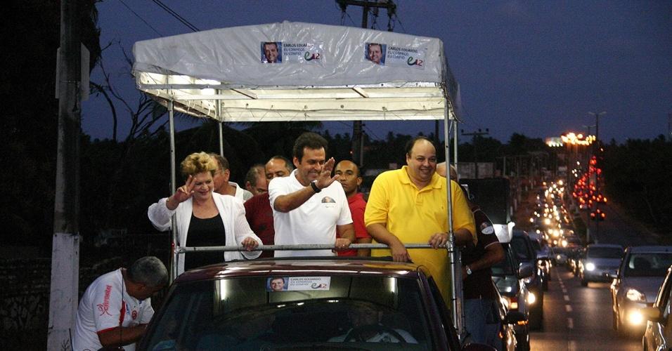 3.out.2012 - O candidato do PDT à Prefeitura de Natal, Carlos Eduardo (centro), participa de carreata por bairros da zona norte
