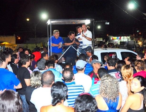 3.out.2012 - O candidato do PSDB à Prefeitura de Natal, Rogério Marinho, discursa para eleitores durante carreata no bairro de Cidade da Esperança