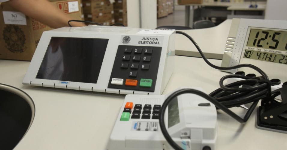 4.out.2012 - Caixas com urnas eletrônicas que serão usadas nas eleições municipais deste domingo (7) chegam ao Primeiro Cartório Eleitoral de São Paulo, no centro da capital paulista