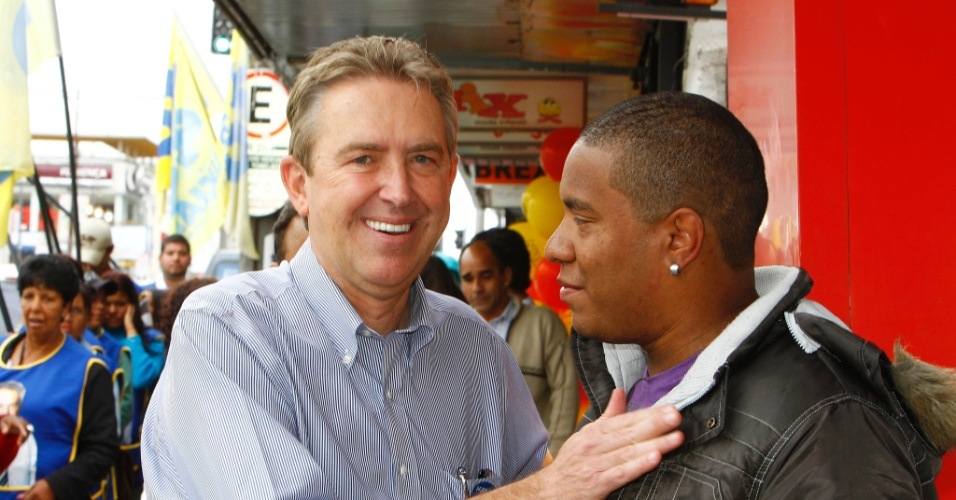 4.out.2012 - Luciano Ducci (à esq.), candidato à reeleição em Curitiba pelo PSB, cumprimenta eleitor durante caminhada pelo bairro do Bacacheri