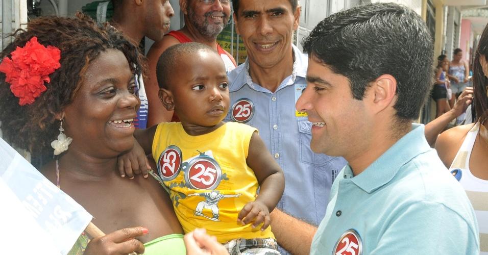 4.out.2012 - O candidato do DEM à Prefeitura de Salvador, ACM Neto (de azul) fez campanha no bairro do Pau Miúdo na tarde desta quinta-feira