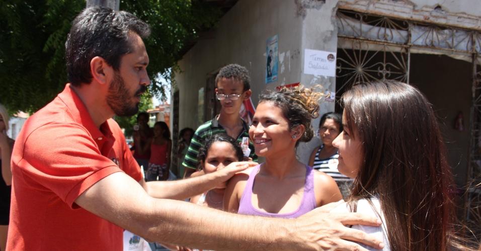 4.out.2012 - O candidato do PT à Prefeitura de Fortaleza, Elmano de Freitas, cumprimenta eleitoras durante caminhada no bairro floresta, na capital cearense