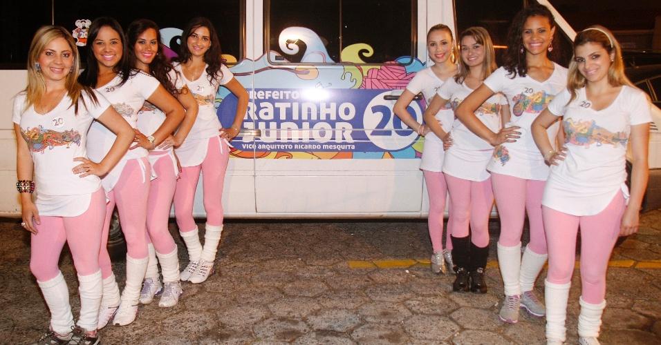 4.out.2012 - Ratinetes, garotas que trabalham na campanha do candidato à prefeito de Curitiba (PR), Ratinho Junior, se enfileiram durante divulgação do candidato na noite desta quarta-feira
