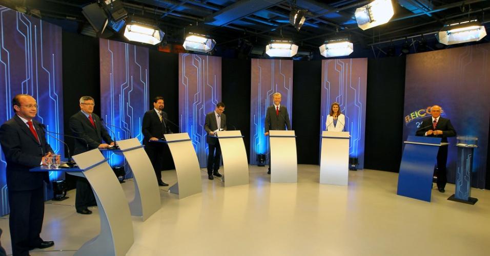 """4.out.2012 - Os candidatos à Prefeitura de Porto Alegre participam de debate da """"TV Globo"""" na noite desta quinta-feira. (Da esq. para a dir.) Adão Villaverde (PT), Jocelin Azambuja (PSL), Wambert di Lorenzo (PSDB), Roberto Robaina (PSOL), José Fortunati (PDT) e Manuela D`Avila (PC do B)"""
