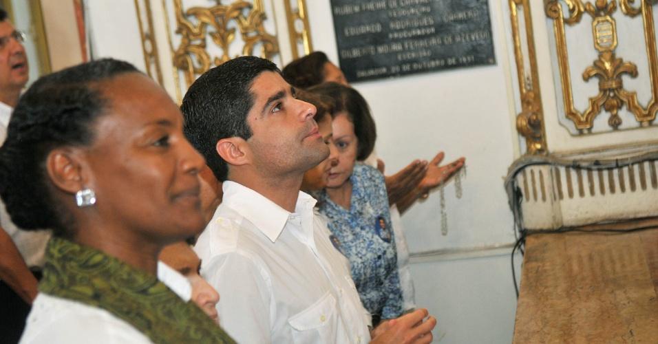 5.out.2012 - O candidato do DEM à Prefeitura de Salvador, ACM Neto ( de branco), participou de missa na Igreja do Bonfin junto de sua vice, Celia Sacramento (PV)