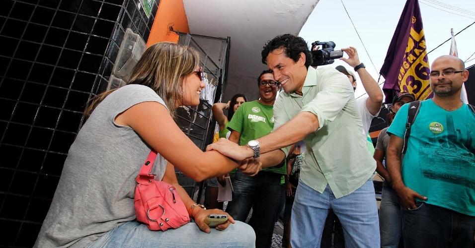 5.out.2012 - O candidato do PSDB à Prefeitura do Recife, Daniel Coelho, cumprimenta eleitora durante campanha pelas ruas do centro da capital pernambucana