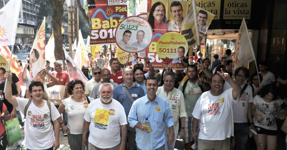 5.out.2012 - O candidato do PSOL à Prefeitura do Rio de Janeiro, Marcelo Freixo (centro), participa de caminhada no centro da cidade