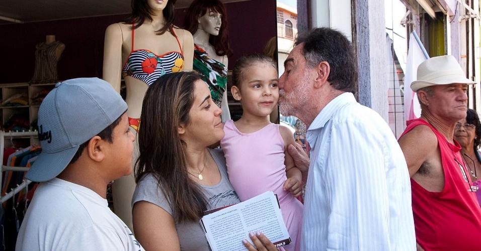 5.out.2012 - O candidato do PT à Prefeitura de Belo Horizonte, Patrus Ananias, faz campanha no bairro do Barreiro, na capital mineira