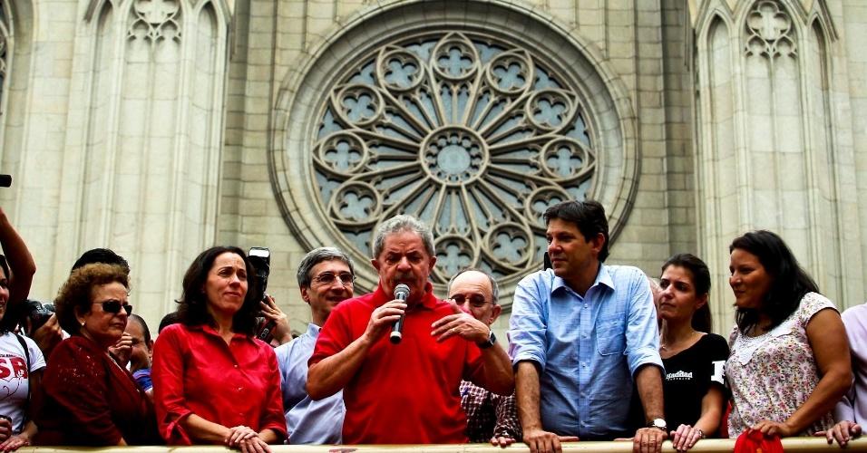 5.out.2012 - O ex-presidente Luiz Inácio Lula da Silva (PT) participou de comício realizado no centro de São Paulo com o candidato do PT à prefeitura, Fernando Haddad